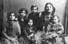 DREPT: Elisabeth Warscha Karoli ble utsatt for Josef Mengeles eksperimenter i Auschwitz og drept. På dette bildet fra 1922 er hun fotografert sammen med barna (f.v.) Marie, Polikarp, Charles, og det som trolig er Regina og Zolo. Av disse overlevde kun Polikarp krigen.