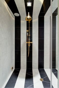 Make the Most of Your Bathroom Decor in Black and White - Fresh Ideas for the Interior, Decoration and Landscape - black white stripes bathroom interior - Black And White Interior, Black And White Tiles, Black White, White Marble, White Gold, Black Walls, Green Walls, Bad Inspiration, Bathroom Inspiration