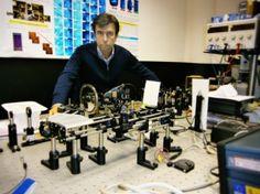 Investigadores utilizan tecnología de los telescopios espaciales en el desarrollo de lentes intraoculares. Los minitelescopios iolAMD, diseñados por el equipo del catedrático Pablo Artal, se implantan en diez minutos y sin necesidad de suturas al estar fabricados con un material flexible. Las lentes están siendo probadas con 200 pacientes en Reino Unido. http://www.innovaticias.com/innovacion/29728/investigadores-utilizan-tecnologia-telescopios-espaciales-desarrollo-lentes-intraoculares
