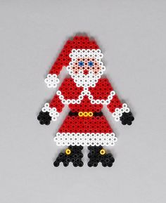 En suivant nos modèles, crée de jolies suspensions en perles HAMA pour décorer ton sapin de Noël.