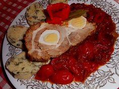 Vepřová krkovice plněná vejci pečená na leču - Krkovici v celku na dvou místech prožízneme, protřeme mletou paprikou a opatrně vtlačíme vejce natvrdo, pak celé maso oso..