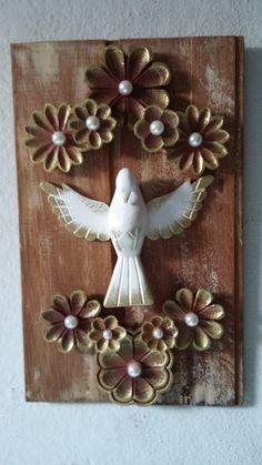 Quadro todo em madeira com divino e flores em madeira