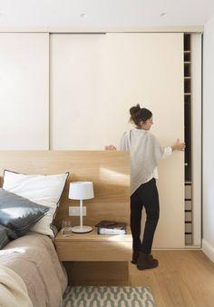 dormitorio con cama madera y frente armarios corredera 00477551 Bedroom Door Design, Hotel Room Design, Modern Bedroom Design, Bedroom Doors, Closet Bedroom, Home Bedroom, Home Interior Design, Closet Behind Bed, House Shifting