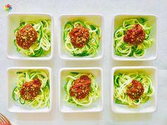 Pastas: Espaguetis de #zucchini con #ketchup y queso seco de #nueces, realizados en clase 6 www.conscienciaviva.com