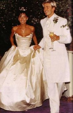 Victoria and David Beckham at their 1999 wedding. Celebrity Wedding Photos, Celebrity Wedding Dresses, Wedding Dress Styles, Celebrity Weddings, David Und Victoria Beckham, Victoria Beckham Stil, Victoria And David, David Backham, Posh And Becks
