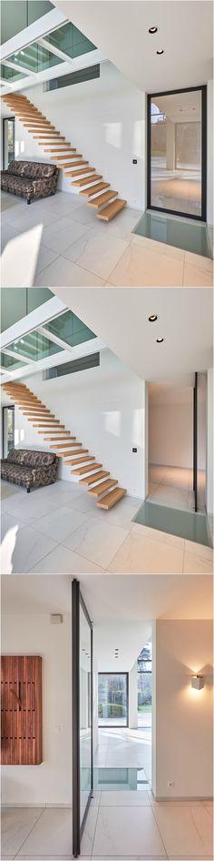 Glazen pivoterende deur zonder omlijsting. De pivotscharnieren zitten ingebouwd in het zwarte frame en worden bevestigd bovenop je afgewerkte vloer en tegen het plafond. Er dient niets op voorhand ingebouwd te worden.
