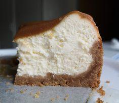 Perinteinen paistettu juustokakku kinuskilla Banana Bread, Desserts, Food, Tailgate Desserts, Deserts, Essen, Postres, Meals, Dessert