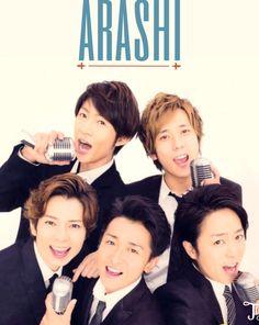 嵐 arashi Juntoshi sharing a mic. how sweet.