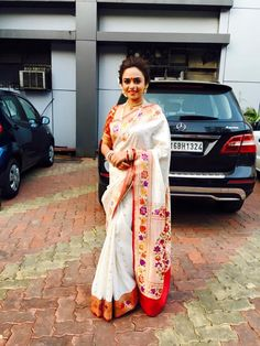 Amruta Khanvilkar in Paithani Indian Wedding Outfits, Indian Outfits, Traditional Sarees, Traditional Outfits, Maharashtrian Saree, Mom Daughter Matching Dresses, Kajal Agarwal Saree, Gota Patti Saree, Saree Poses