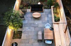 Un bel oasis urbain. Des clôtures de cèdre privatisent ce jardin; un large banc permet de s'asseoir et aussi sert de rangement; des espaces ont été aménagées pour recevoir arbres et plantations tout en laissant une large place au pavage d'une pierre bleue locale. Bedford Stuyvesant Brownstone Landscape Project || NYC Garden Design