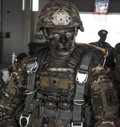 A First Rock Paratrooper of the Airborne Brigade United States Army is rigged and ready to air insert into a hostile environment. Airborne Army, Airborne Ranger, Special Ops, Special Forces, Special Air Service, Army Usa, Us Army, Military Dogs, Military Police