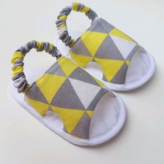 1 million+ Stunning Free Images to Use Anywhere Baby Shoes Pattern, Shoe Pattern, Sewing For Kids, Baby Sewing Projects, Sewing Tutorials, Boy Shoes, Baby Girl Shoes, Toddler Shoes, Diy For Girls