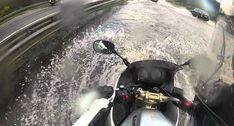 Motociclista Corajoso Atravessa Estrada Inundada