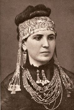Sophie Schliemann, moglie dell'archeologo scopritore della città di Micene, con indosso alcuni gioielli del Tesoro di Priamo.