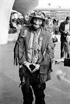 "Emmett Leo Kelly (December 1898 - March was an American circus performer, who created the memorable clown figure ""Weary Willie"", based on the hobos of the Depression era. Le Clown, Circus Clown, Creepy Clown, Spooky Scary, Famous Clowns, Emmett Kelly, Mime, Pierrot Clown, Circo Vintage"