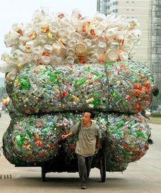 Homem recolhe garrafas para reciclagem