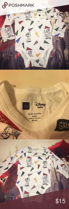 Baby gap - Disney seven dwarfs Soft cotton knit. Long sleeves with banded cuffs. Finely ribbed trim at lapped shoulders, neckline, leg openings. Snaps at inseam for easy dressing and diapering. Cotton 100% GAP Shirts & Tops