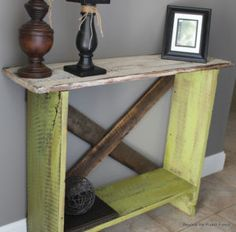 Transform free pallets into creative DIY furniture, home decor, planters and more! There are over 150 easy pallet ideas here to give your home and garden a personal touch. There are both indoor and outdoor DIY pallet projects to choose from. Decor, Barn Wood Projects, Wood Diy, Diy Furniture, Sofa Table, Pallet Ideas Easy, Wood Pallets, Home Decor, Beautiful Furniture