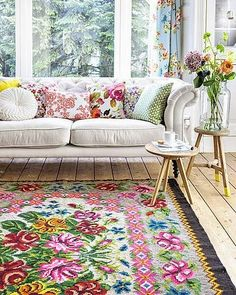 45 Awesome Color Palette Ideas For Beautiful Living Room 260 Decoration Hall, Decoration Bedroom, Home Living Room, Living Room Decor, Cottage Living, Living Area, Deco Boheme Chic, Floral Rug, Floral Couch