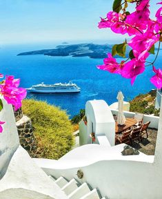 Who likes to have a breakfast on that table? Vacation Destinations, Dream Vacations, Vacation Spots, Beautiful Sites, Beautiful World, Beautiful Places, Greek Islands Vacation, Santorini Island, Holiday Places