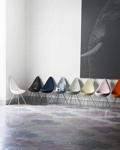 #fritzhansen Drop | Der Stuhl Drop™ ist ein zierlicher Stuhl der großen Charakter besitzt. Arne Jacobsen entwarf diesen im Jahr 1958 für sein Meisterwerk, das berühmte Radisson Blu Royal Hotel in Kopenhagen. Ursprünglich wurde dieser zusammen mit dem Schwan™ und dem Ei™ produziert, allerdings nur in einer sehr begrenzten Auflage ...
