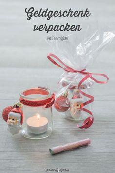 DIY Geldgeschenke hübsch verpacken für Weihnachten. Geht schnell & einfach und kann hinterher sogar noch als Teelichtglas für die Weihnachtsdeko genutzt werden.   www.schninskitchen.de  #geldgeschenke #weihnachten #geldgeschenkeverpacken #teelichtglas #diy Tea Lights, Place Cards, Candle Holders, Place Card Holders, Candles, Creative Money Gifts, Creative Gifts, Gifts For Baby Shower, Diys