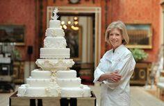 Для свадьбы принца Уильяма и герцогини Кэтрин (тогда она еще звалась Кейт Миддлтон) было решено изготовить два торта – по эксизу невесты и по эскизу жениха. Про торт Уильяма известно не так уж много: он был шоколадным. А вот торт Кейт попал в светскую хронику. Его изготовила кондитер Фиона Кэйрнс и ее команда. Будущая герцогиня специально встречалась с кондитерами, чтобы изложить им свое видение правильного орнамента. Ожидания были полностью оправданы: торт получился как раз таким, каким его…