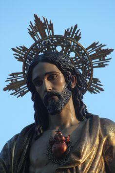 La familia de Marco era muy religiosa y tenía muchas cosas como cruces porque el religión de España es católica.