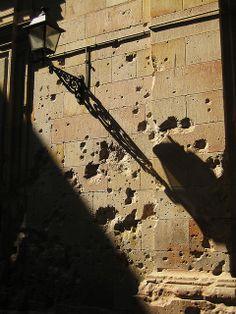 Sombra de farol y metralla | Pl. de Sant Felipe Neri, Barcelona