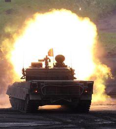 120ミリ砲を発射する90式戦車=8月27日、静岡県御殿場市の陸上自衛隊東富士演習場(彦野公太朗撮影)