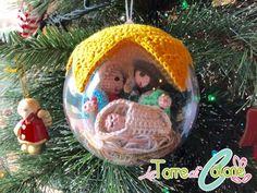 Immagino che questo schema proprio non ve lo aspettavate!!! Qualche settimana fa abbiamo potuto ammirare la creazione di Maria Grazia Malavendi su FB e oggi vi proponiamo lo schema della mini-natività da inserire dentro una pallina di plexiglass (da 10 cm). Materiale utilizzato: Cotone Ophelia Stella, uncinetto n. 2,5. Abbreviazioni cat – catenella pb – … Crochet Christmas Decorations, Crochet Christmas Trees, Crochet Decoration, Crochet Ornaments, Christmas Crochet Patterns, Christmas Ornament Crafts, Christmas Knitting, Christmas Projects, Nativity Ornaments