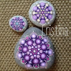 @nueve Pinceladas: Para Cristina, un precioso encargo con predominancia en morados. Disfruta un montón estas piedras allá donde vayan! Diseños originales procedentes de http://www.elspethmclean.com/