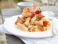 Das Rezept für Rigatoni mit Lachs in Tomaten-Robiola-Creme und weitere kostenlose Rezepte auf LECKER.de Rigatoni, Eat Smart, Hot Pot, Fish Dishes, Food Presentation, Pasta Recipes, Potato Salad, Salmon, Seafood