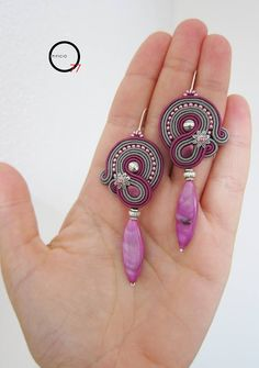 Orecchini soutache magenta e grigio, perline rocailles e pendente in madreperla colorata. Lunghezza cm.7. Hand made Giada Zampar -Opificio77- Bead Embroidery Jewelry, Textile Jewelry, Beaded Embroidery, Boho Jewelry, Jewelry Crafts, Beaded Jewelry, Jewelery, Handmade Jewelry, Small Earrings