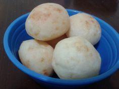 PÃO DE QUEIJO 1xic de leite, 1 xic de agua, 3/4 xic de oleo, 4 xic de polvilho, 2 xic de parmesao ralado, sal a gosto, de 2 a 5 ovos. Ferver o leite com a agua e o oleo. Colocar o polvilho e o sal em uma bacia. Colocar o liquido quente em cima e misturar. Sovar a massa com as mãos. Acrescente o queijo e os ovos de um a um até que a massa fique bem homogenea e sem grudar nas mãos. (Dependendo do polvilho 1 ou 2 ovos é o suficiente). Molde bolinhas e asse no forno ou congele para outro dia.