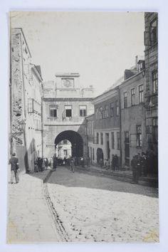 Getto. Ulica Grodzka, przechodzący ulicą Żydzi mają na rękach opaski. Jewish History, My Kind Of Town, World War Ii, Street View, Tours, Architecture, Poland, History, Fotografia