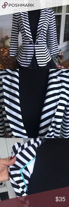 White House Black Market Striped Blazer 6 Adorable size 6 blazer from White House Black Market with adorable slimming waistline and cute Tiffany blue accents on the inside (sadly doesn't show when you wear it). No stains or problems. Smoke free home White House Black Market Jackets & Coats Blazers