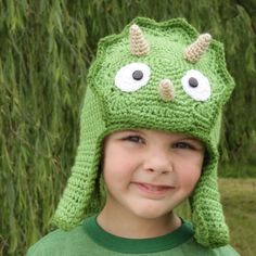 Worsted Weight Triceratops Hat Pattern - Ben would LOVE this dinosaur hat. Crochet Beanie, Cute Crochet, Crochet For Kids, Crochet Crafts, Crochet Projects, Knitted Hats, Knit Crochet, Learn Crochet, Dinosaur Hat