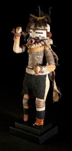 Zuni, Nouveau Mexique, U.S.A Kachina en bois de cottonwood, plumes, laine, cuir, tissu, métal, fibres végétales. H. 24 cm Période de confection proposée: circa 1930