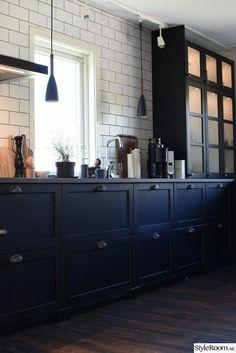 Retro kitchen: 60 amazing decor ideas to check out - Home Fashion Trend Kitchen Cabinets Black And White, Black Kitchens, Home Kitchens, Black Ikea Kitchen, Kitchen Design, Kitchen Decor, American Kitchen, Amazing Decor, Kitchen Shelves