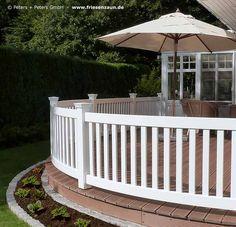 Maßgefertiger Terrassenzaun - Terrassengeländer mit runden Elementen - eine schöne und stilvolle Abgrenzung zum Garten - Wertvolles Hartholz (FSC) dauerhaft weiß lackiert. Dieses Premium Holzgeländer wird in Deutschland hergestellt und hat 25 Jahre Garantie.