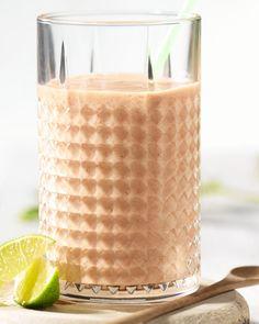 Voor een stevige start, maak eens een wortelsmoothie met banaan en limoen. Lekker vullend, gezond en je kan er een hele tijd op voort! Happy Drink, Frappuccino, Detox Drinks, Healthy Smoothies, Glass Of Milk, Healthy Lifestyle, Juice, Food And Drink, Ice Cream