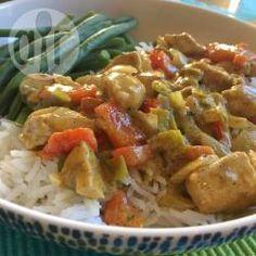 Een lekkere makkelijke maaltijd voor door de week. Kipfilet wordt gebakken in een curry pasta, samen met wat ui, prei, paprika en champignons in een sausje van kokosmelk. Met de groenten kun je varieren, net wat je maar in de koelkast hebt! Serveer met rijst.