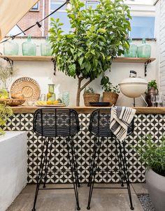 Create a Mediterranean atmosphere in the garden with tiles with a print - Eigen Huis en Tuin Outdoor Kitchen Bars, Outdoor Kitchen Design, Patio Design, House Design, Outdoor Bars, Outdoor Kitchens, Outdoor Rooms, Outdoor Gardens, Outdoor Living