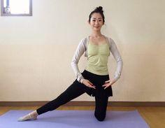 季節の変わり目に体調をととのえる膝立ちで体側を伸ばすポーズ
