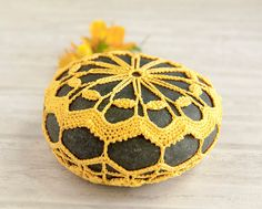 crochet lace stone // goldenrod // river rock // cottage chic // Wedding decor // ring bearer pillow // bowl element by Tabletopjewels Cottage Chic, Cottage Style Decor, Crochet Stone, Bead Crochet, Stone Crafts, Rock Crafts, Crochet Motifs, Crochet Patterns, Lampe Crochet