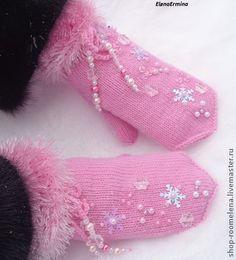 варежки `Вальс снежинок` (принимаю заказы). Очень мягкие, нежные, расшитые бусинами, бисером, снежинками варежки, вязаные на 5 спицах, бесшовные. На варежках, в районе запястья имеются завязки, украшенные  бусинами и снежинками.  Материалы: основная пряжа… Knitting Socks, Baby Knitting, Mittens Pattern, Winter Outfits Women, Little Princess, Tea Party, Knitting Patterns, Diy And Crafts, Gloves