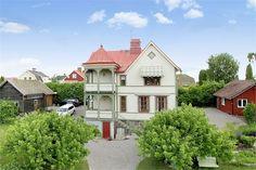 Till salu. Undrar om detta hus vill flytta till min trädgård?