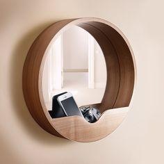 Multifunktionale Möbel sind in kleinen Fluren praktisch wie dieser Spiegel mit Ablage. #homestory #decoration #hallway #wall #colors #home #interior