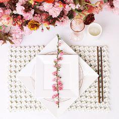 mesa posta oriental em tons de branco e rosa, ideal para um almoço ou jantar japonês.